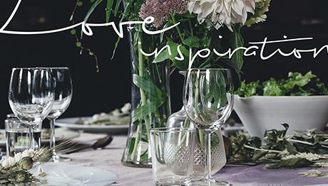 Vestir la mesa en la noche más romántica del año.